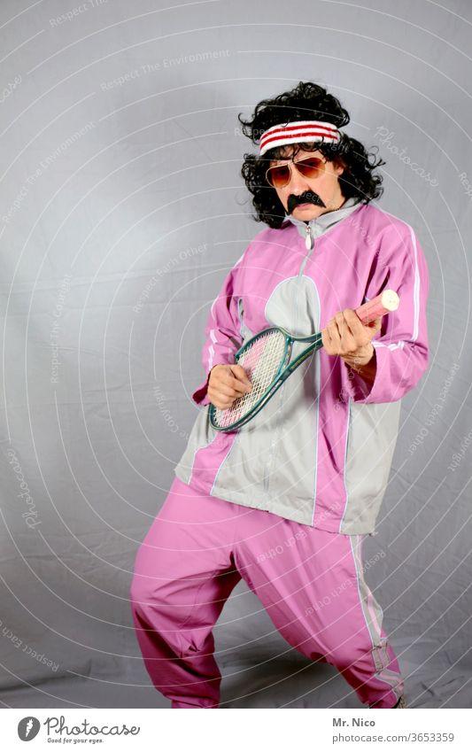 Sportler im rosa Trainingsanzug benutzt Tennisschläger als Gitarre Trainingsjacke Mode Tennisspieler Trainingshose Locken Freizeit & Hobby Stirnband old-school