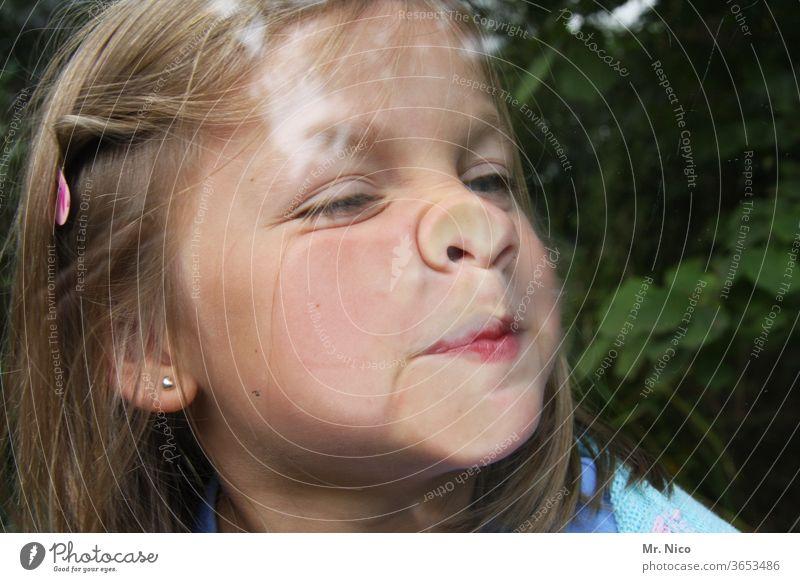 Fensterputzen mal anders Glasscheibe Grimassen schneiden platte Nase Gesicht Zähne zeigen Finger frech Fensterscheibe Fröhlichkeit albern Unsinn spass Kindheit