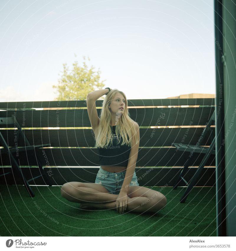 analoges Ganzkörper- Portrait einer jungen, blonden, barfüßigen Frau auf einem Balkon junge Frau schön schlank langhaarig ästhetisch Sommer Schönes Wetter Model