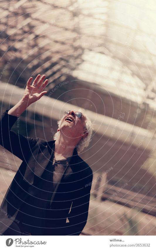 Heureka! Mann Sonnenbrille weißhaarig blind Blindheit Erblindung Frack Gehrock suchen hoffen Darsteller Schauspieler hilfesuchend Gewächshaus sonnig