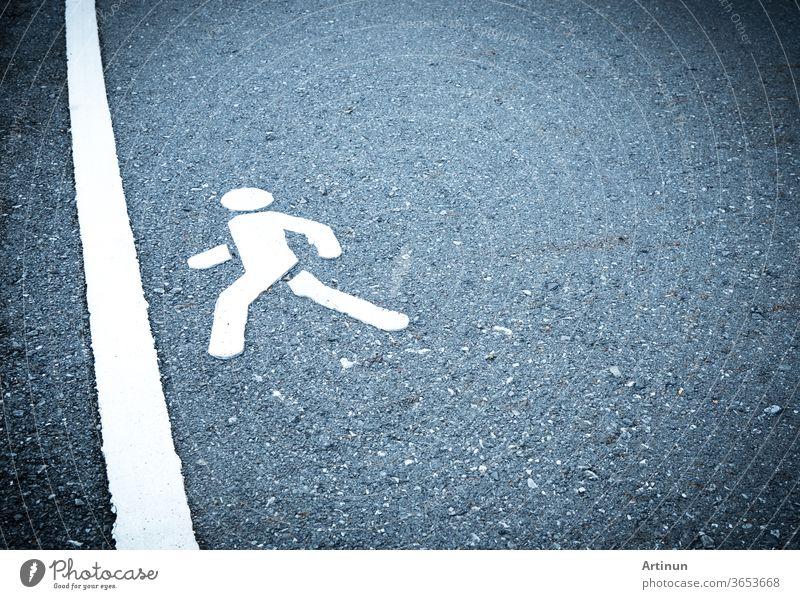 Weiß gemaltes Schild auf Asphalt. Die Menschen werden die Ziellinie betreten. Scheuen Sie sich nicht, über Hindernisse zu treten Konzept. Fußgängerweg abstrakt