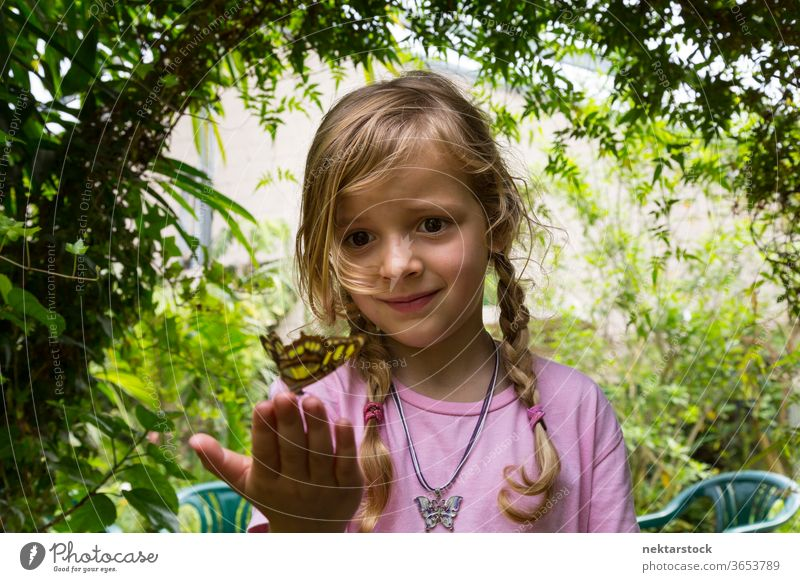 Niedrigwinkelansicht eines Kindes mit Schmetterling auf den Fingerspitzen Mädchen Porträt Tiefblick abschließen im Freien Natur Schönheit in der Natur blond