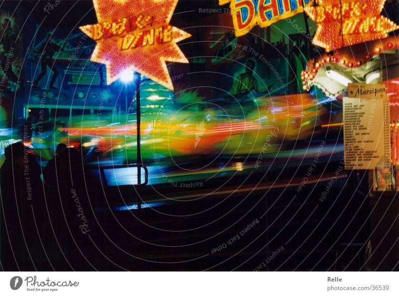 undweg grün rot Geschwindigkeit Jahrmarkt Schwung rotieren Breakdancer Leuchtreklame Fahrgeschäfte schwungvoll Zentrifugalkraft