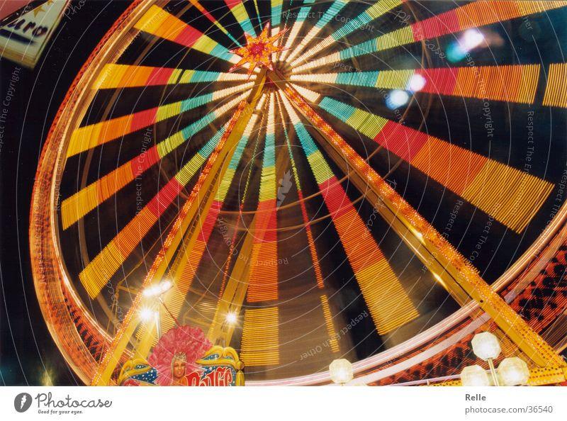 schön bunt Riesenrad Jahrmarkt Geschwindigkeit mehrfarbig Langzeitbelichtung Fahrgeschäfte Abend kirmis Licht Anschnitt hell Kontrast
