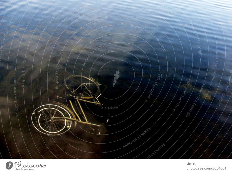 Wasserwerk fahrrad absaufen wasser wellen Vogelperspektive Menschenleer Farbfoto Wandel & Veränderung Irritation verlieren skurril Perspektive Konzentration