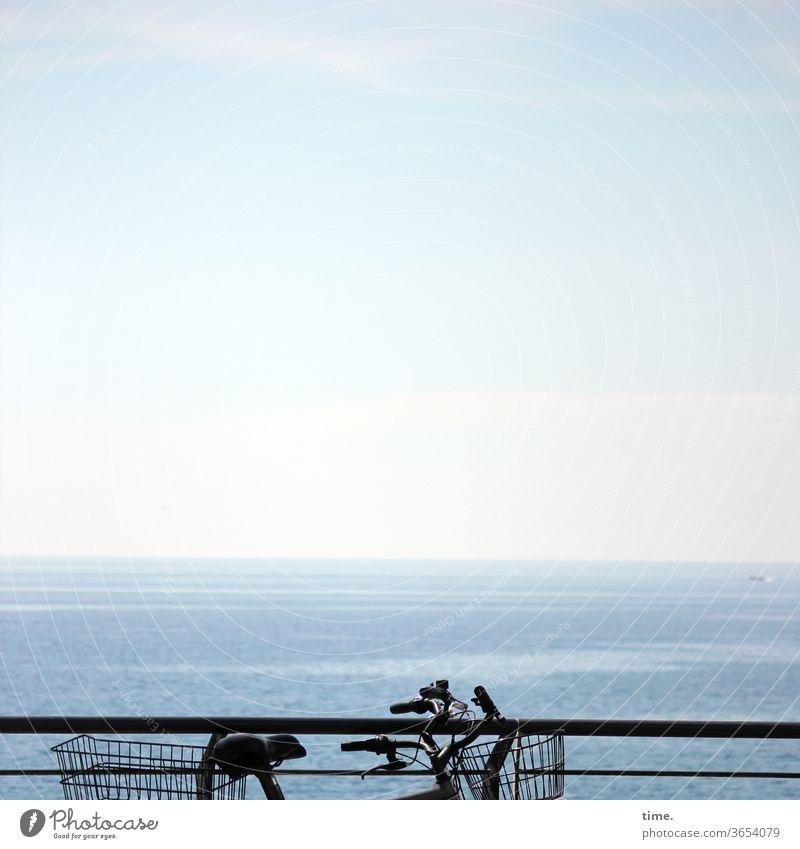 Rad-Rat fahrrad weite himmel horizont ferne blau parken abgestellt zwei fahrradkorb Geländer meer wasser urlaub reisen ausflug ökologisch umwelt ferien