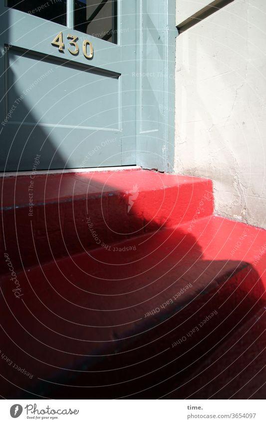 um mal eine Hausnummer zu nennen stein treppe parallel linien absatz treppenabsatz absatzkante sonnig außentreppe rot tür hausnummer blau schatten schattig