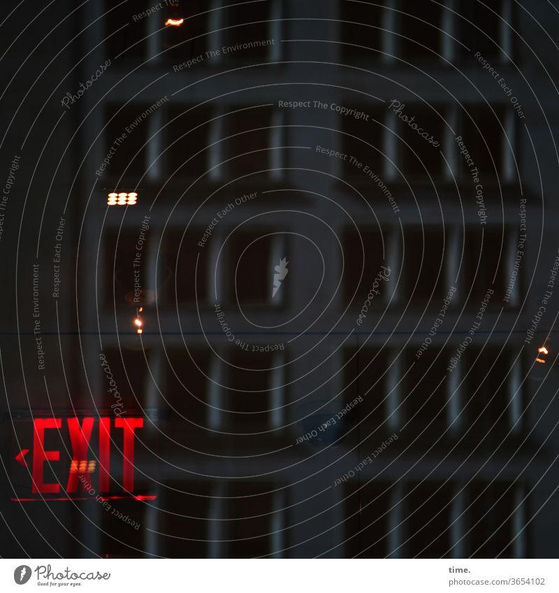 Am Ende der Nacht bitte links halten exit ausgang rot dunkel nachts kunstlicht spiegelung reflexion düster geheimnisvoll inspiration gruselig richtung pfeil