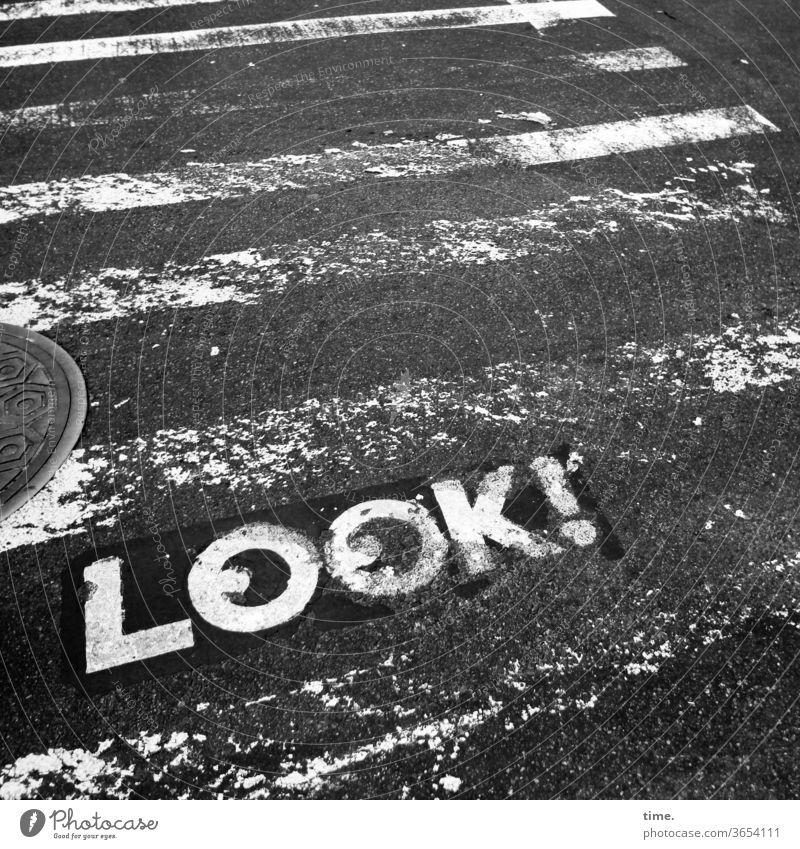 Lebensversicherung straße zebrastreifen wort hinweis aufpassen vorsicht sw Gullydeckel warnung buchstaben look abgefahren trashig kaputt funktional schutz
