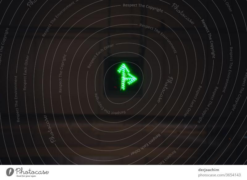 Richtungshinweiß im dunklen Hintergrund in Grün . Gerade aus und rechts. Richtungsweisend Wege & Pfade Navigation zeigen Empfehlung Orientierung Hinweis Zeichen
