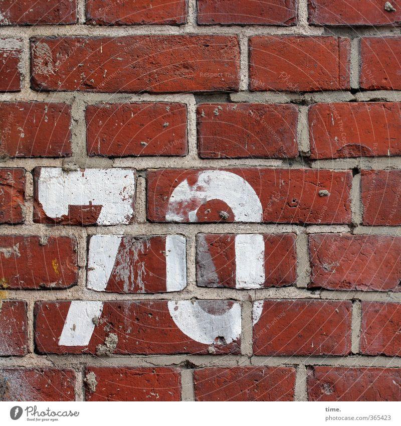 Jagger Mauer Wand Fassade Fuge Mörtel Backstein Backsteinwand Hausnummer 7 0 70 Ziffern & Zahlen Typographie alt eckig trashig trocken Stadt Senior Genauigkeit