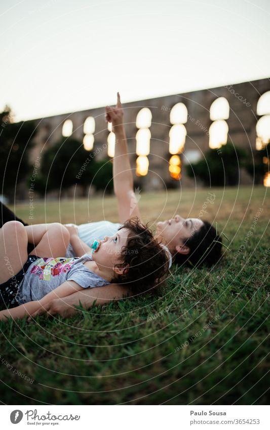 Mutter und Tochter schauen in den Himmel Mutterschaft Familie & Verwandtschaft Zusammensein Zusammengehörigkeitsgefühl Kind Glück Lifestyle Eltern Fröhlichkeit