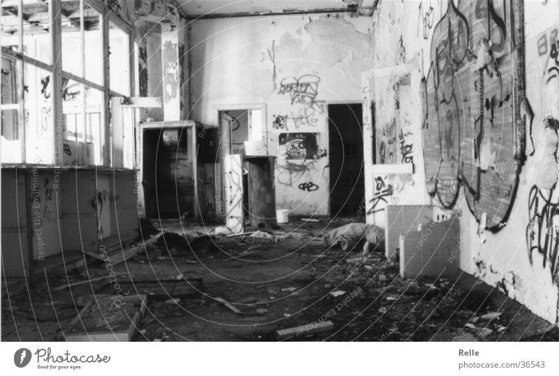 WG Zimmer zu vermieten! Raum unordentlich Wohngemeinschaft Vandalismus dreckig kaputt historisch alt Zerstörung Wohnzimmer Schwarzweißfoto