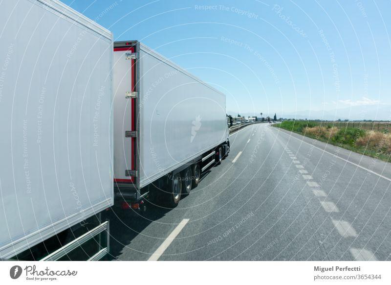 Mega-LKW oder Lastzug, Spezialfahrzeug bestehend aus einem LKW und zwei Anhängern, die für den Transport von 60 Tonnen zugelassen sind. Lastwagen Riesen-Lkw