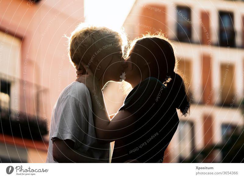 Junges lesbisches Paar küsst sich Termin & Datum Nahaufnahme abschließen unkenntlich jung Frauen Zusammensein Zusammengehörigkeitsgefühl Feiertag Sonne Vielfalt