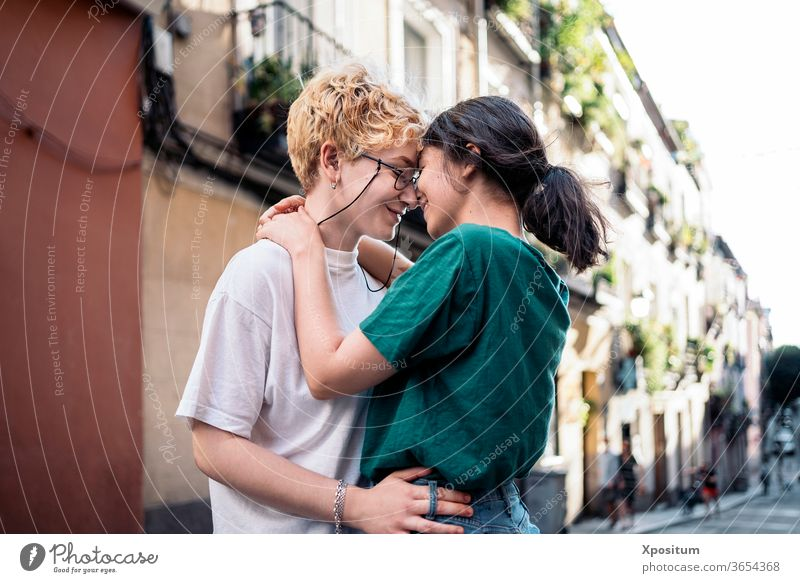 Lesbisches Paar im intimen Moment Erwachsener attraktiv authentisch schön Kaukasier Großstadt Textfreiraum Termin & Datum Datierung Frau Freunde Spaß schwul