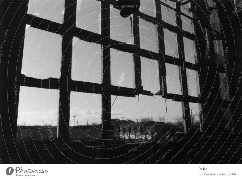 mach ma das fenster zu...es zieht! alt Fenster Angst Industrie kaputt gebrochen Ruine Zerstörung Fensterrahmen Alsen