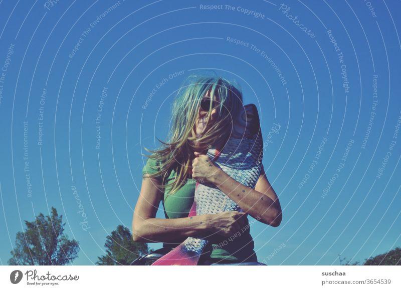 me and my fish Frau Perücke skurril seltsam Fisch Atrappe verrückt Haare & Frisuren irre durchgedreht blauer Himmel Sonnenbrille Szene an sich drücken liebhaben
