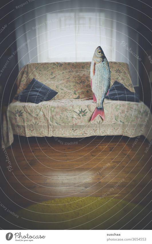 fisch auf einem sofa. sitzend. date mit fisch filmreif lustig Idee Geschichte Story skurril seltsam verrückt Remixcase Fisch Sofa Verabredung Wohnzimmer Date