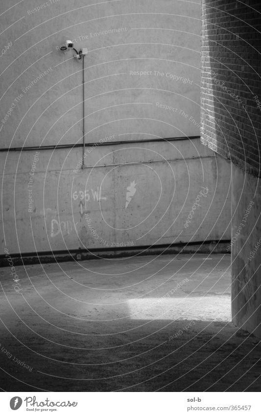 alt Stadt Einsamkeit dunkel Graffiti Wand Architektur Mauer Gebäude Arbeit & Erwerbstätigkeit Häusliches Leben Beton Ecke Sicherheit Industrie Backstein
