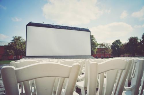 große kinoleinwand im freien mit stühlen davor Vorstellung Bestuhlung Stühle Sitzgelegenheiten Zuschauer leer ohne Zuschauer Freiluftvorstellung Openairkino