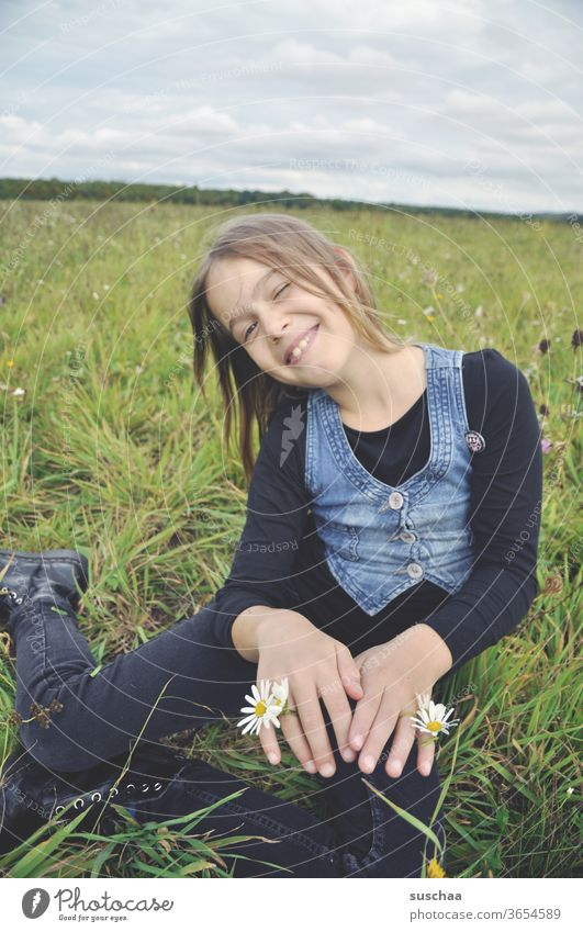 fröhliches mädchen auf der wiese mit blumen an den händen Kind Mädchen Kindheit Freiheit Spaß Freude Natur Blumen Wiesenblumen Sommerwiese Fröhlichkeit Gras