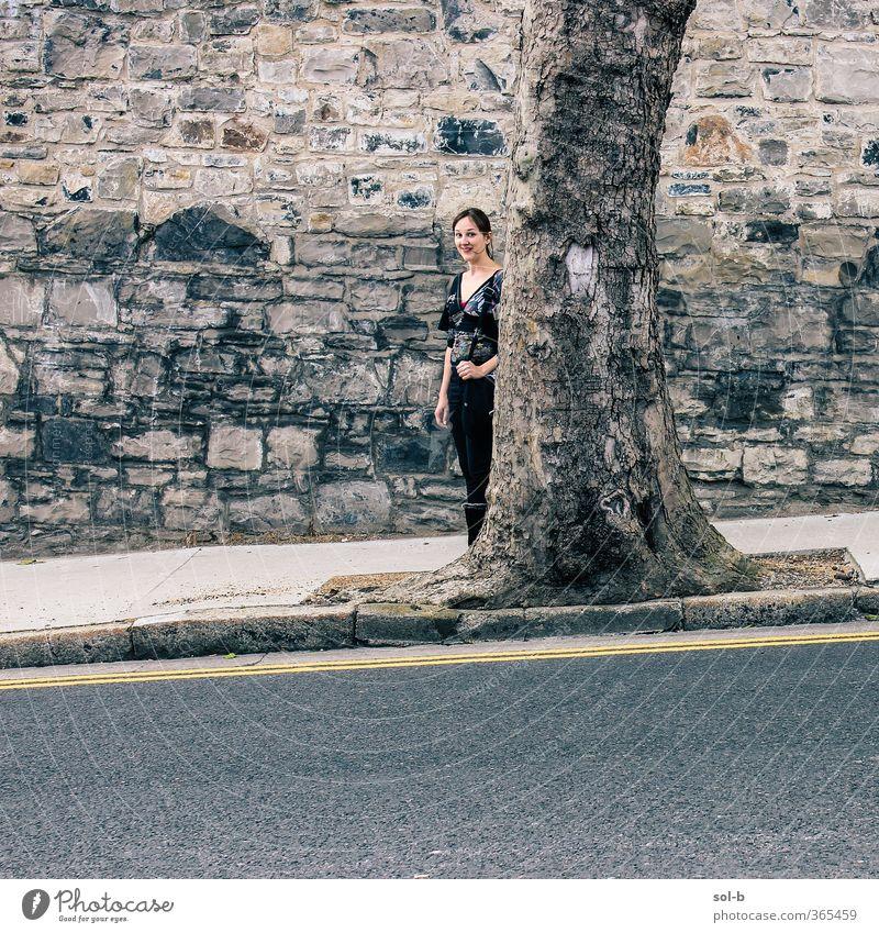 Mensch Kind Natur Jugendliche Stadt Baum Junge Frau Erwachsene Wand Straße 18-30 Jahre feminin lustig Mauer grau Stein