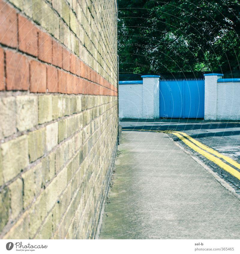 Natur blau alt Stadt Baum Einsamkeit Haus gelb Wand Straße Architektur Mauer Garten orange Häusliches Leben Ecke
