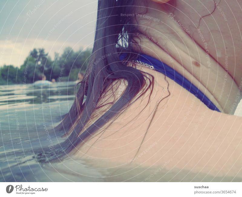 nasse schulter eines teenagers im seewasser Sommer See baden zu hause bleiben Urlaub zu Hause Seebad schwimmen Abkühlung Haut Haare Schulter Hals Mädchen