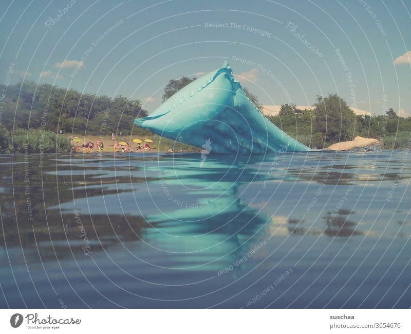 aus dem wasser ragende blaue luftmatratze und ein bein Sommer See baden zu hause bleiben Urlaub zu Hause Seebad schwimmen nass Abkühlung Jugendliche Coronakrise