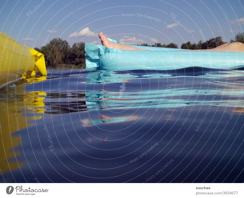 zwei sich begegnende luftmatratzen auf dem see Sommer See baden zu hause bleiben Urlaub zu Hause Seebad schwimmen nass Abkühlung Jugendliche Coronakrise Ferien