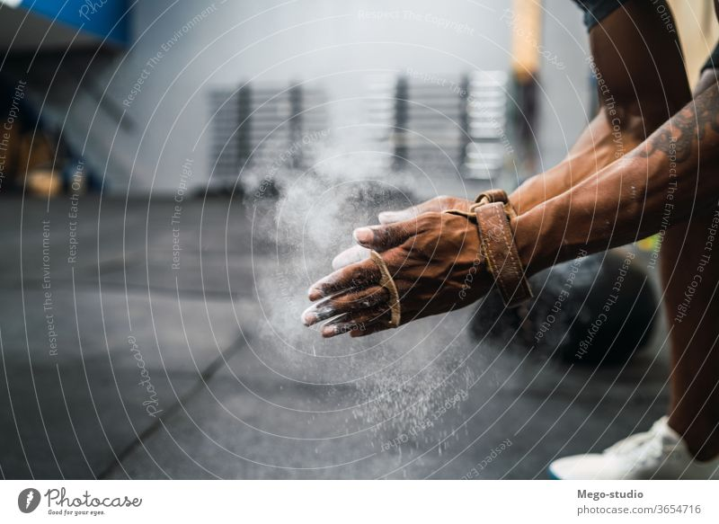 Fitness-Mann, der sich die Hände mit Kreide-Magnesium-Pulver einreibt. Fitnessstudio Training Sport jung Nahaufnahme Gesundheit Aktivität Magnesia Hand Porträt