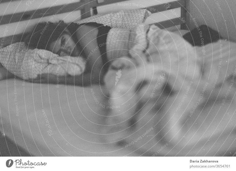 Chillen im Urlaub in Berlin schlafen Bett Morgen natürlich Filmmaterial Schwarzweißfoto Schlafzimmer träumen Mädchen früher Morgen Freundin Filmfotografie