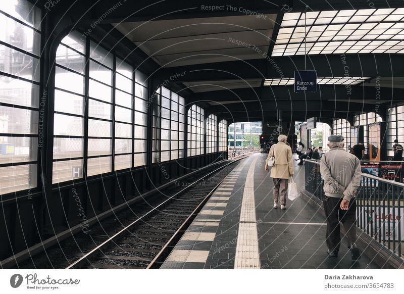 ältere Menschen, die auf den Zug warten Bahnhof Berlin Zughaltestelle Fenster Schienen Eisenbahn Gleise Verkehr Güterverkehr & Logistik Podest Verkehrsmittel