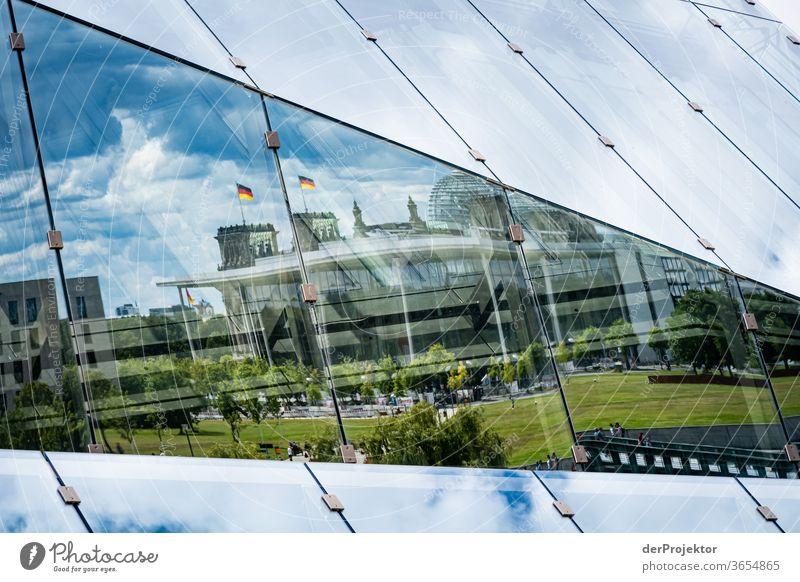 Spiegelung des Regierungsviertels im Cube am Hauptbahnhof Froschperspektive Starke Tiefenschärfe Sonnenlicht Lichterscheinung Textfreiraum Mitte