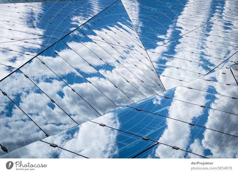 Wolkenspiegelungen im Cube am Hauptbahnhof Froschperspektive Starke Tiefenschärfe Sonnenlicht Lichterscheinung Textfreiraum Mitte Textfreiraum unten Tag