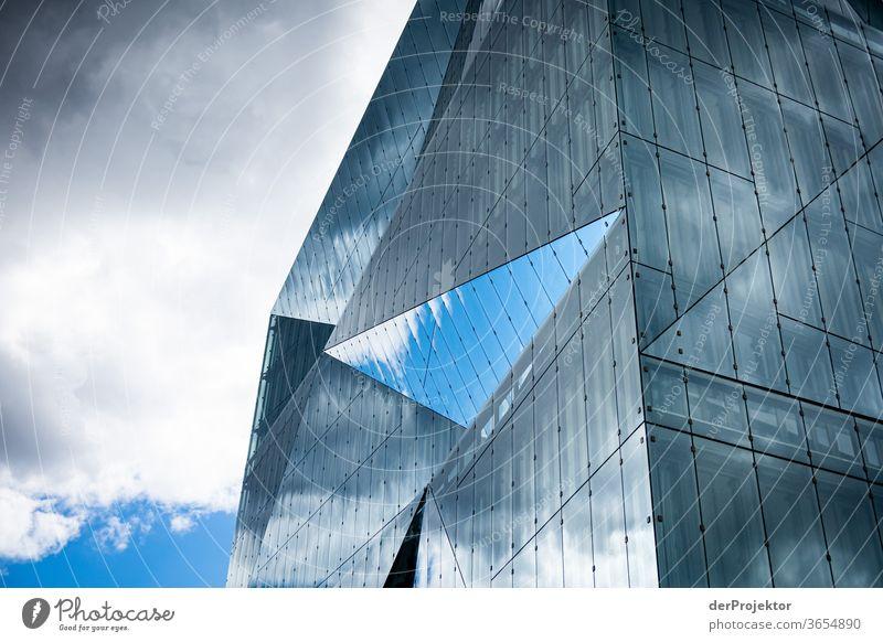 Spiegelung im Cube am Hauptbahnhof Froschperspektive Starke Tiefenschärfe Sonnenlicht Lichterscheinung Textfreiraum Mitte Textfreiraum unten Tag Schatten