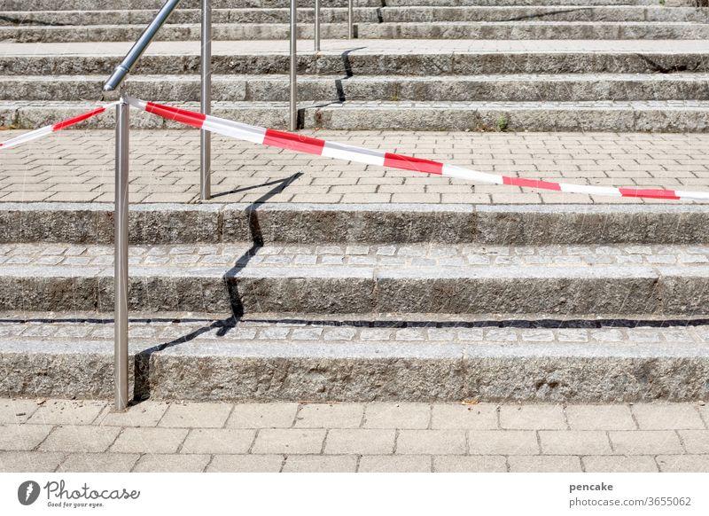aufstieg und fall   gegensätze Treppe Stufen Sperrband Steintreppe Beschränkung unfrei Verbot Hindernis Aufstieg Fall Corona Virus Sperre COVID Pandemie