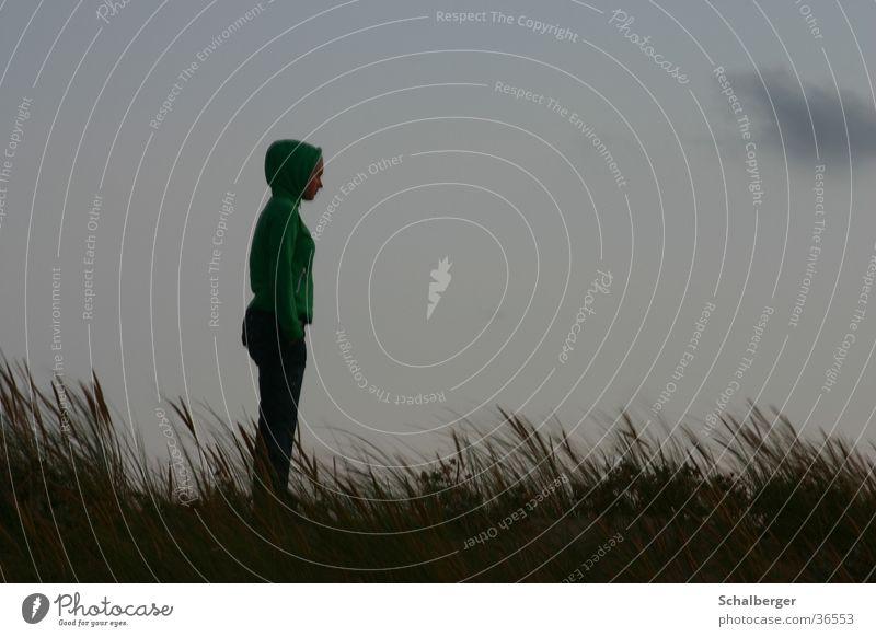 Warten auf besser Wetter Frau Wolken dunkel Gras Regen Wind Sehnsucht Sturm