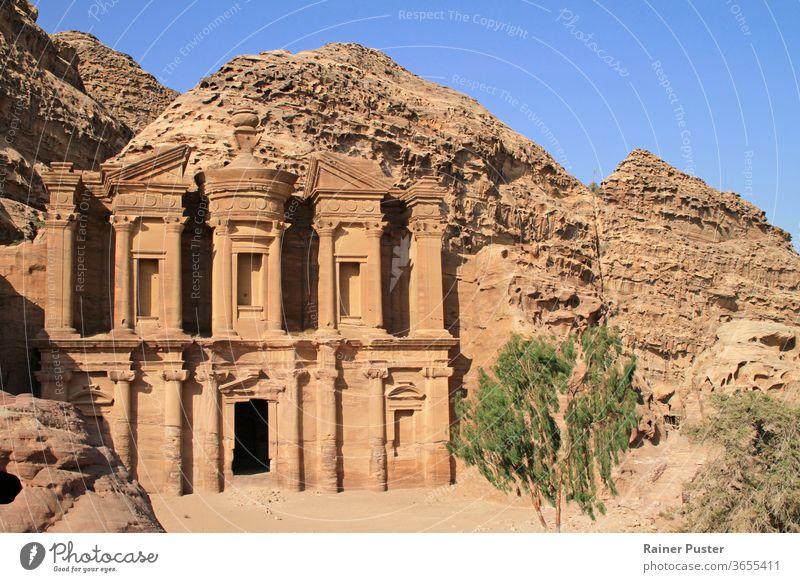 Das Kloster - auch bekannt als Ad Deir - ein monumentales, in den Fels gehauenes Gebäude in der alten jordanischen Stadt Petra. ad deir antik Archäologie