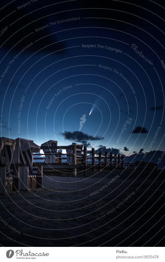 Komet Neowise über den Strandkörben von Sankt Peter-Ording sterne strand Sankt Peter Ording sankt peter-ording St. Peter-Ording nacht astronomie Astrofotografie