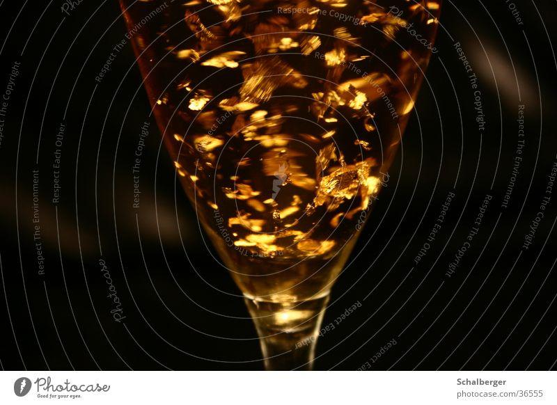 Goldrush schwarz Glas gold Getränk Alkohol Cocktail Sekt Dekadenz