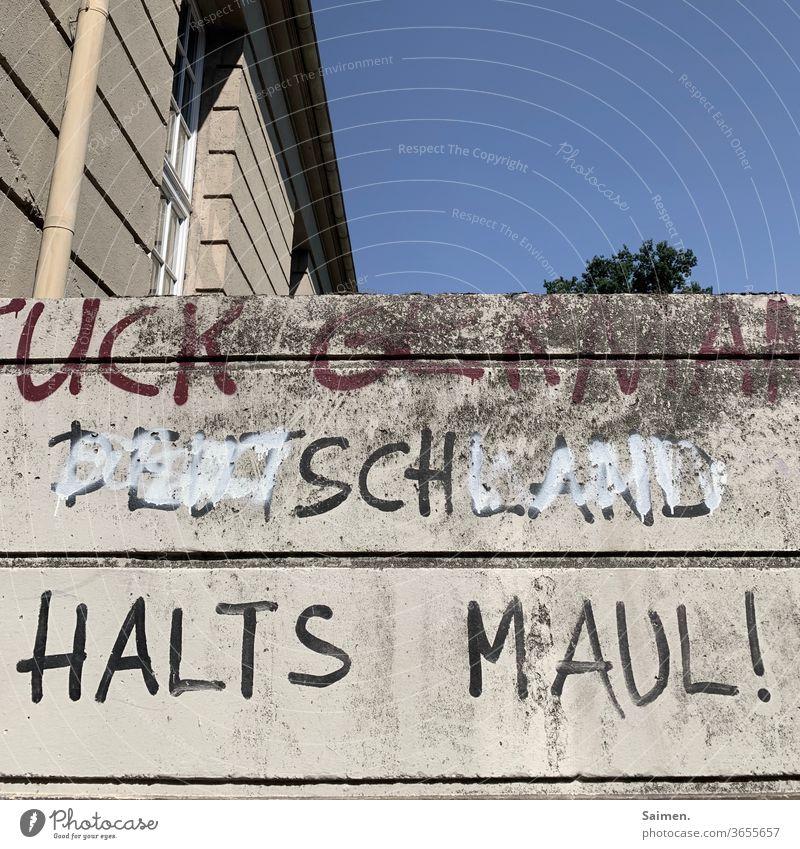 Halt's Maul Schrift wand Himmel Baum Haus Wand Mauer Außenaufnahme Menschenleer Farbfoto Fassade Gebäude Textfreiraum oben Bauwerk trist Stadt grau Beton