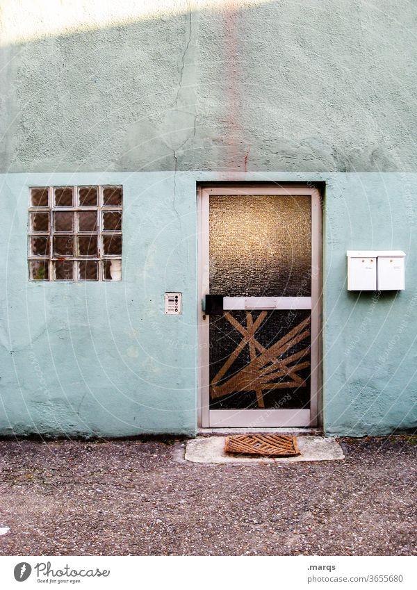 Eingang Haus Wand Fassade Tür alt trist Gebäude dreckig geschlossen Fenster Briefkasten kaputt blau grün Vandalismus