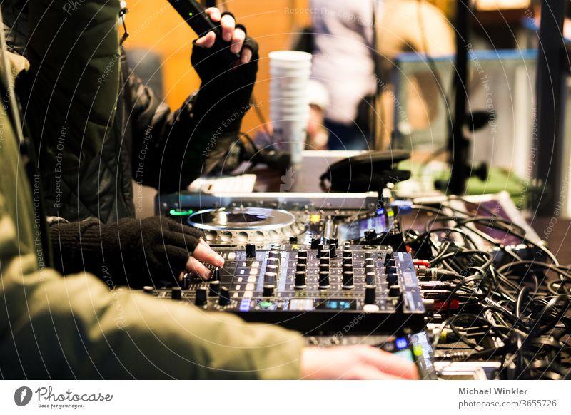 DJs spielen auf einem Weihnachtsmarkt Holzplatte Rundfunkanstalt Business cdj Chip Mitteilung Kommunikator Anschluss Gerät digital Diskjockey elektrisch