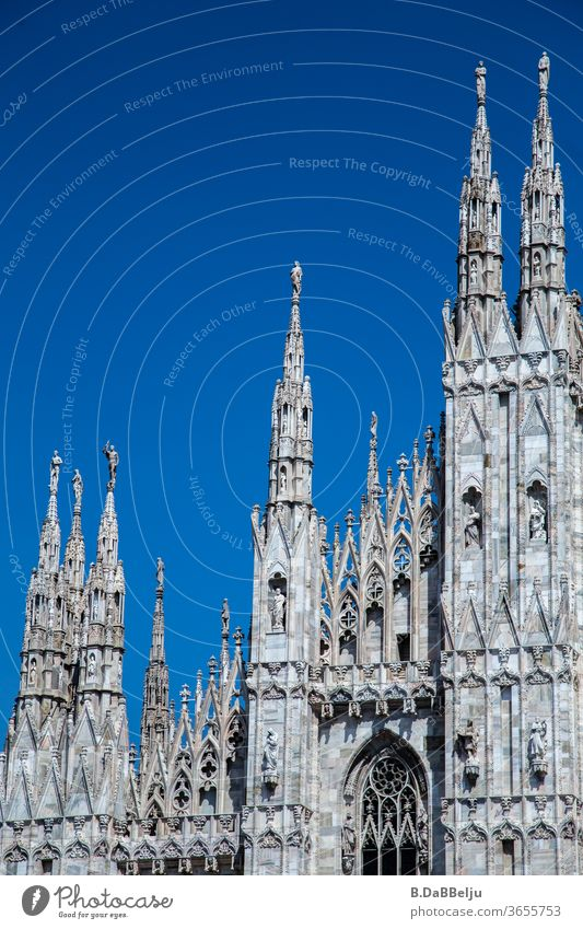 Die Fassade des Mailänder Doms vor blauem Himmel. Italien Mailand Architektur Europa Stadt Außenaufnahme Tourismus Ferien & Urlaub & Reisen historisch Altstadt