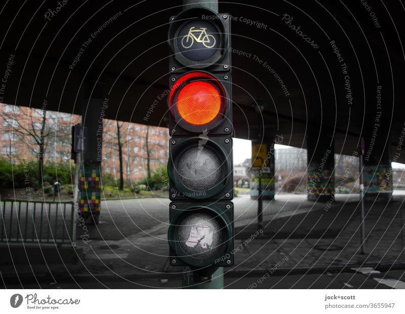 Fahrradampel Berlin zeigt rot Ampel Mobilität Verkehrszeichen Verkehrswege Symbole & Metaphern Fußgängerampel Stadt Piktogramm Sicherheit dunkel Design