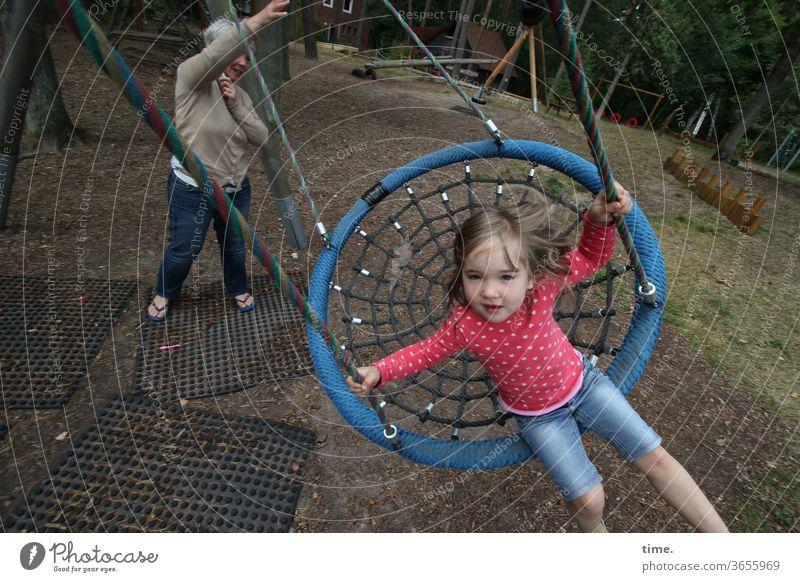 Kurve kriegen Mädchen schaukeln begeistert bewegung spielplatz jeans blond draußen festhalten anschubsen aufpassen tochter mutter