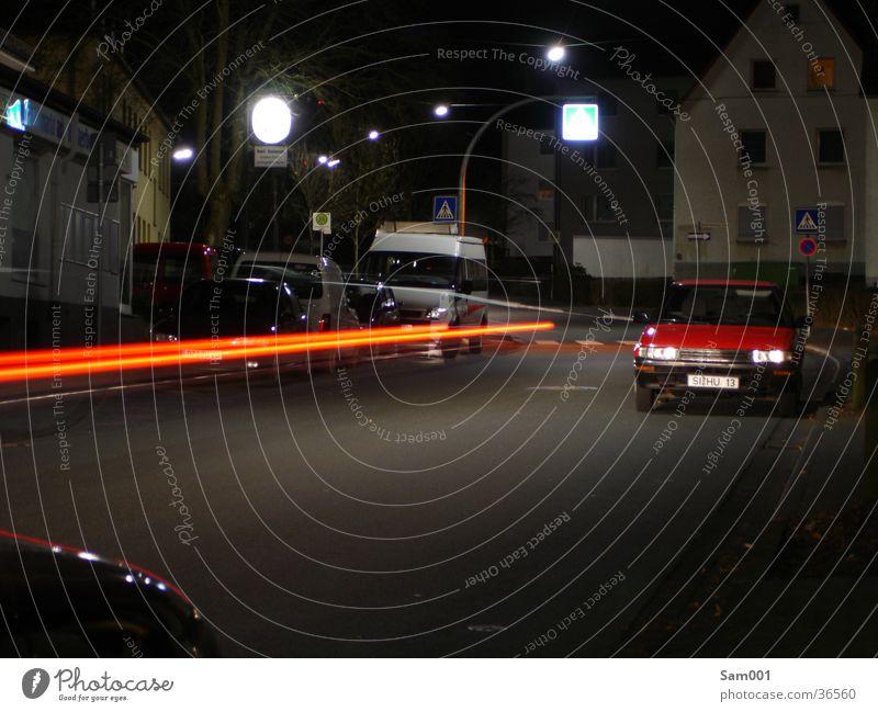 Straße der Nacht Langzeitbelichtung dunkel Verkehr PKW Reaktionen u. Effekte Abend