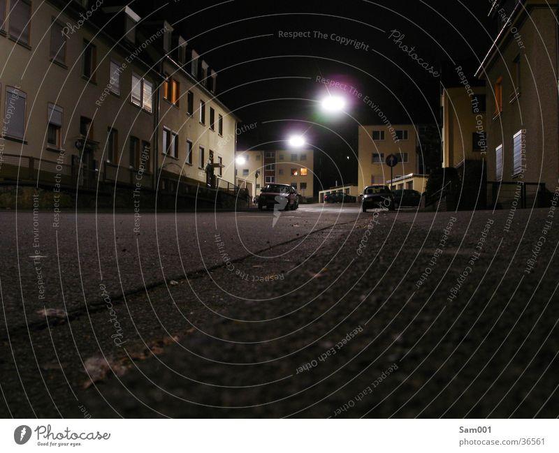 dunkle Straße dunkel Langzeitbelichtung Haus Nacht Verkehr Licht Abend Mond hell